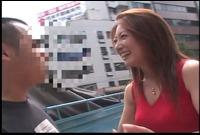 突撃!逆ナンパ 肉弾チ○ポ狩り! 紫彩乃 Fカップ 35歳